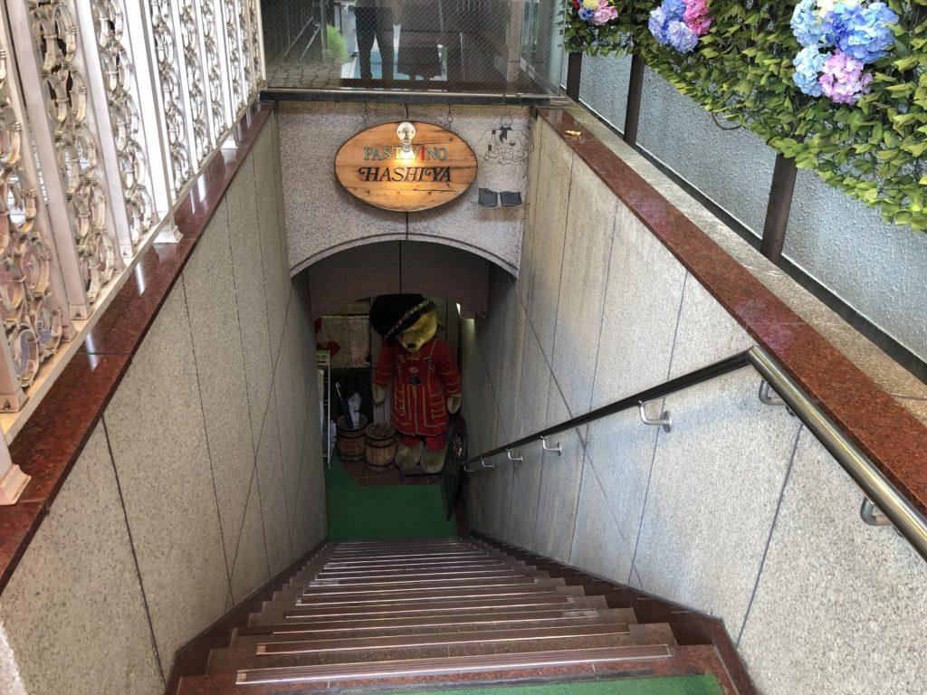 階段とクマ