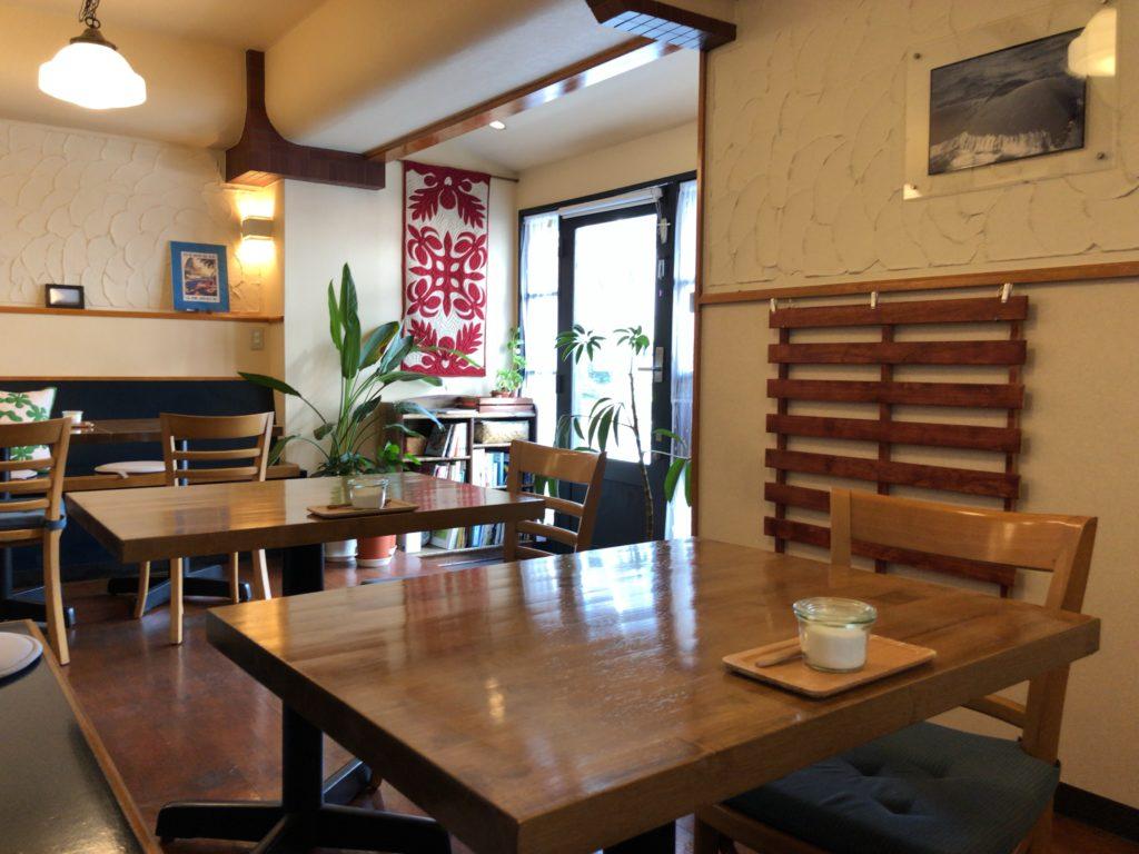 自家焙煎珈琲バーガンディの内観とテーブル